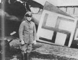 Пауль Биллик из Jasta 12 в 1917 г. на фоне своего характерно обозначенного самолета Albatros D V.
