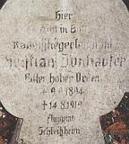 Надгробный памятник на могиле Донхаузера.