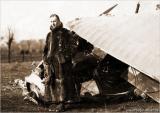 Вальтер Гёттш у сбитого биплана.